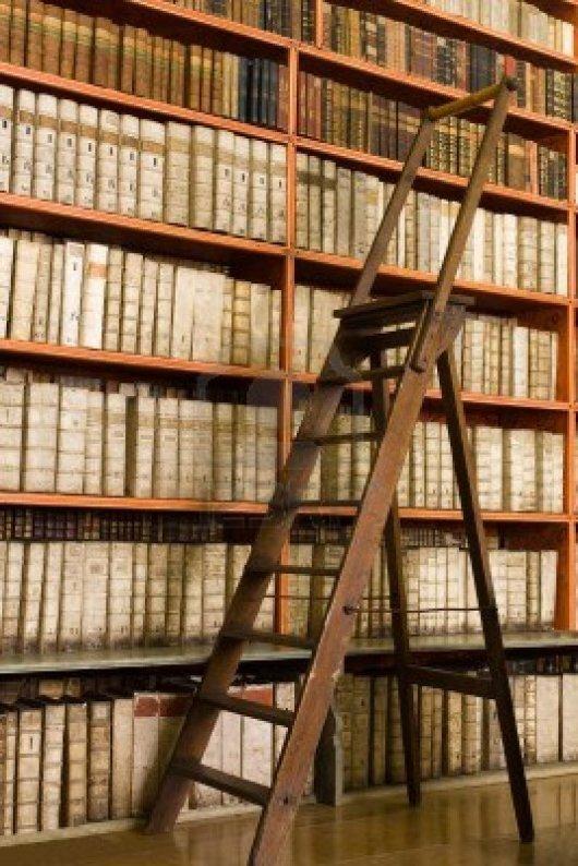 10004766-estantes-con-libros-antiguos-en-la-biblioteca-y-la-tijera-de-madera